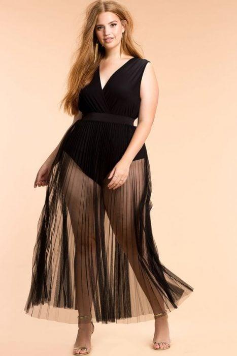 Chica curvi usando una falda con transparencias