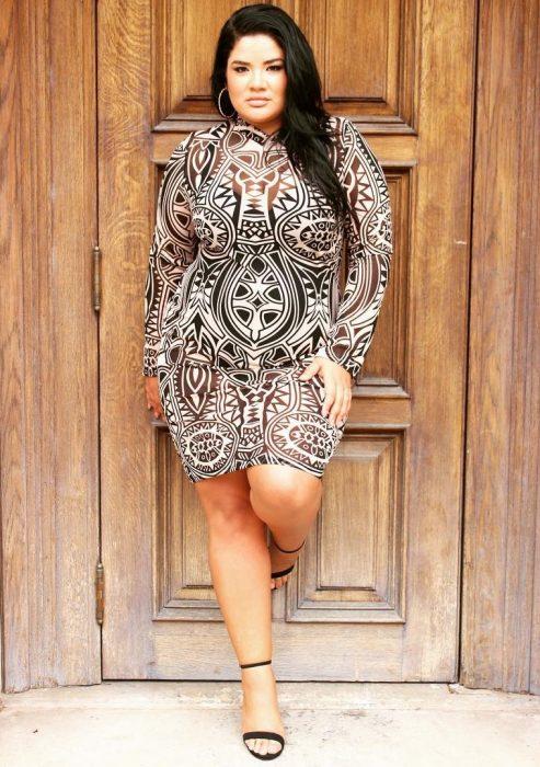 Curvi girl wearing a print dress with transparencies