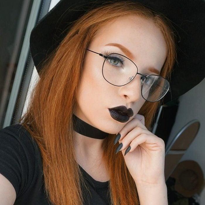 Chica peliroja con labios negros