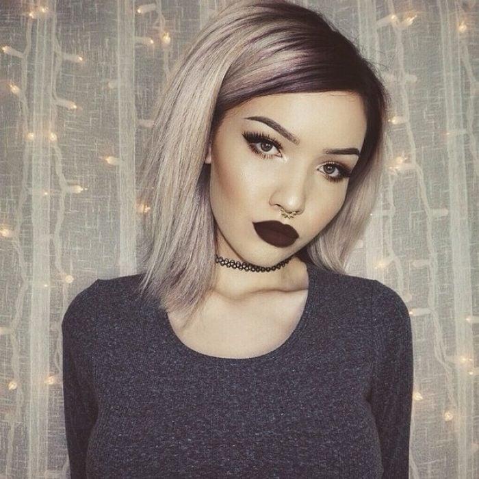 Chica con arete en la nariz y labios negros