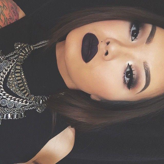 Chica con tatuajes y labios negros