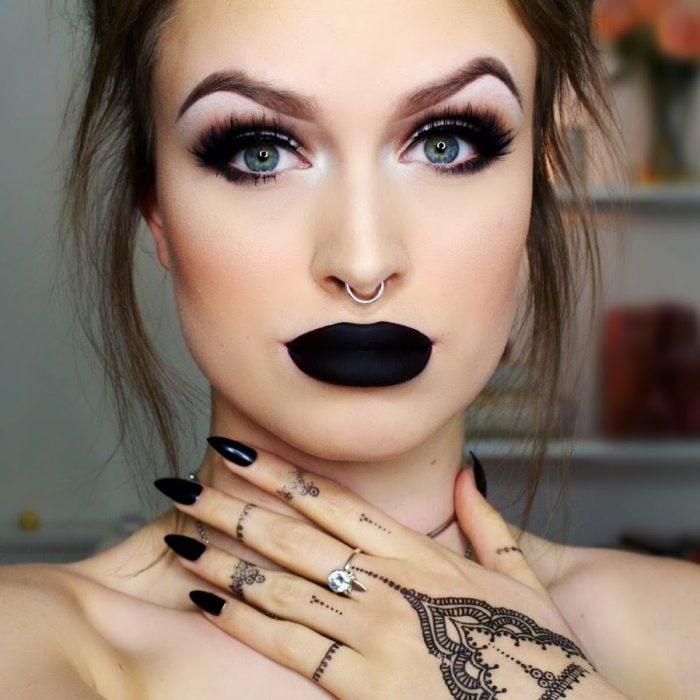 Chica de ojos azules y labios pintados de negro