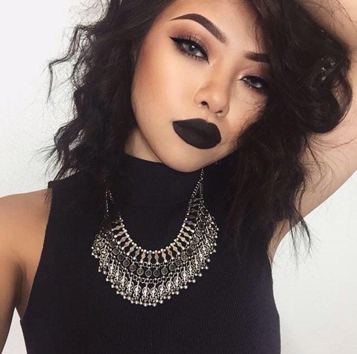 Chica de mirada sexy con labios negros