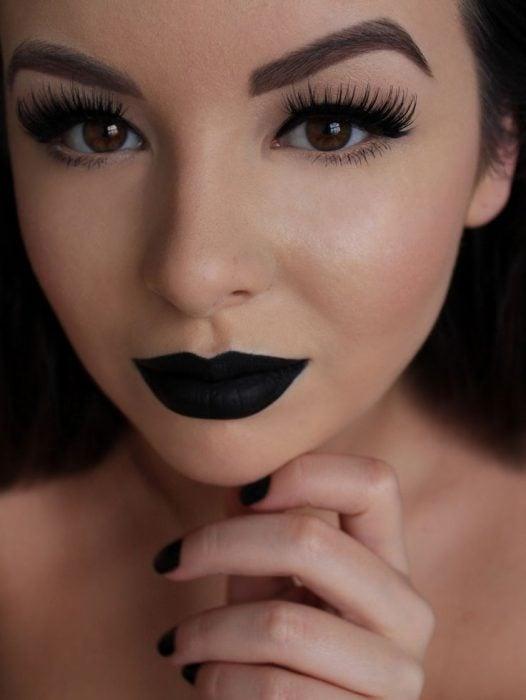 Chica con maquillaje natural y labios negros