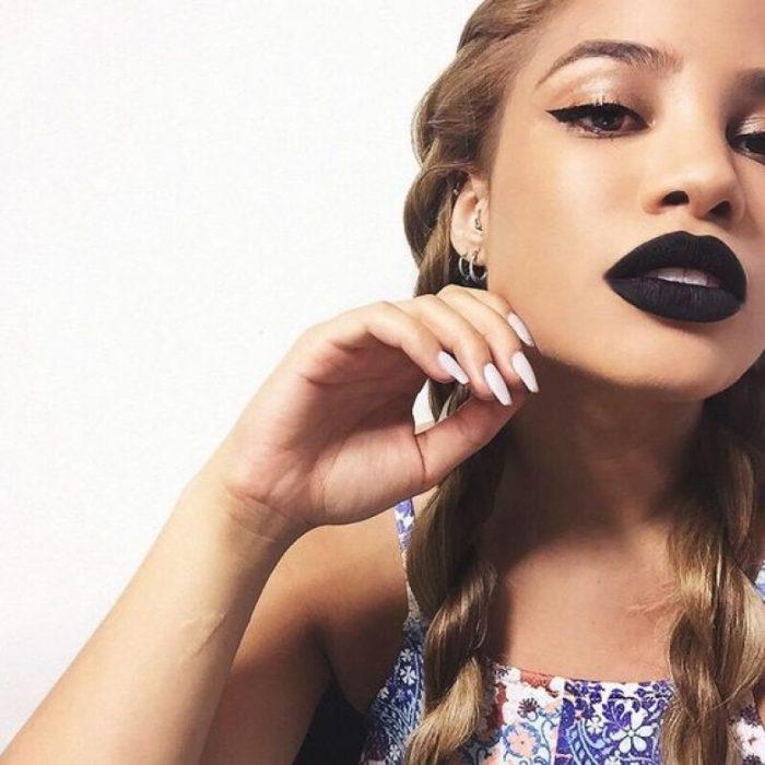 Chica con trenzas y labios negros