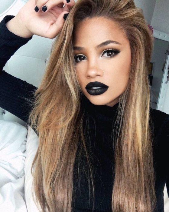 Chica rubia con labios pintados de negro