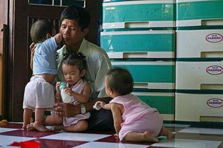 vietnamita con niños adoptados