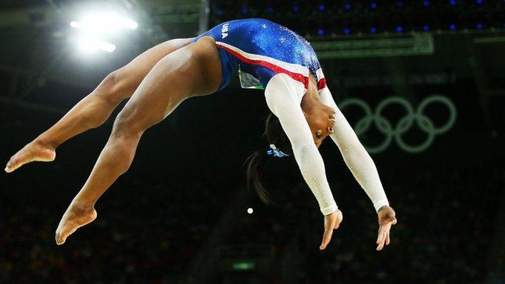 Simone Biles saltando