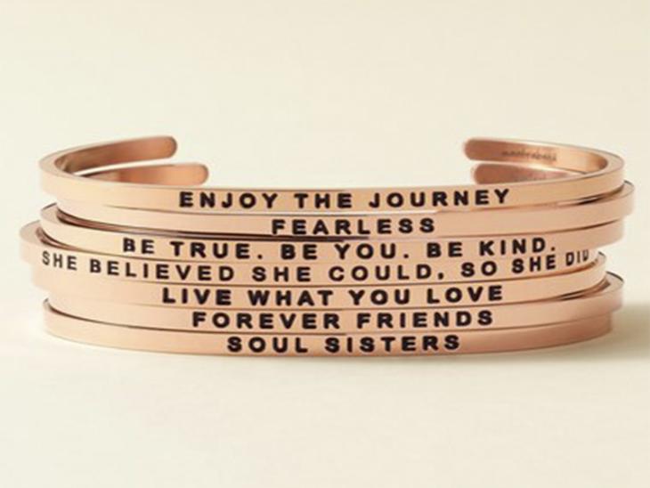 pulseras de color rosa gold y frases