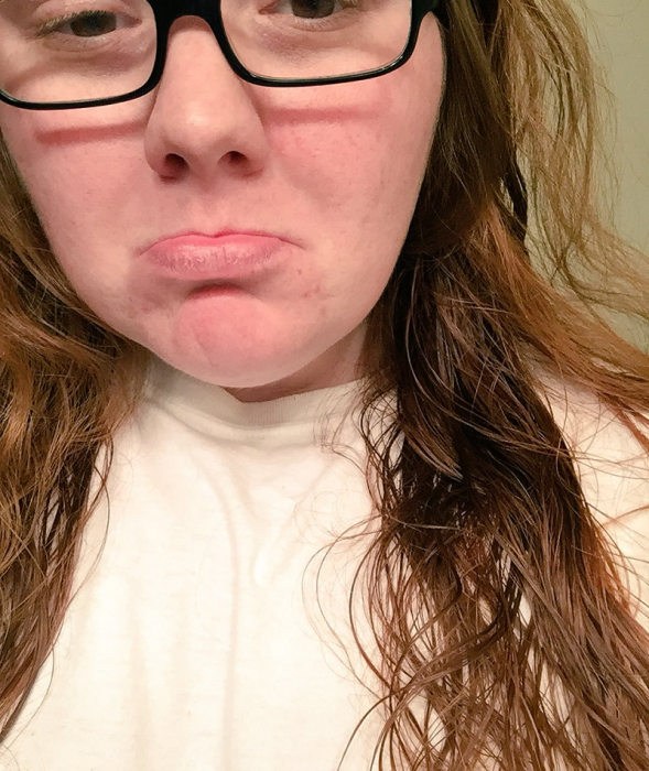 chica de cabello largo mojado con lentes y cara triste