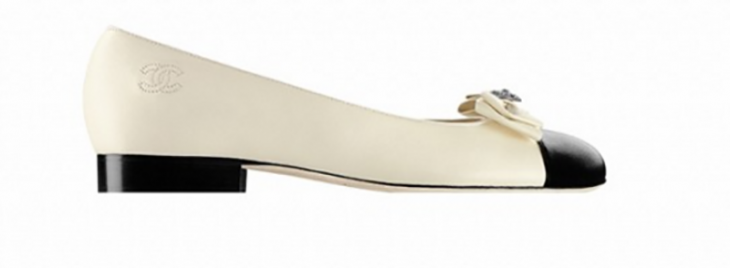 zapato blanco con punto negro