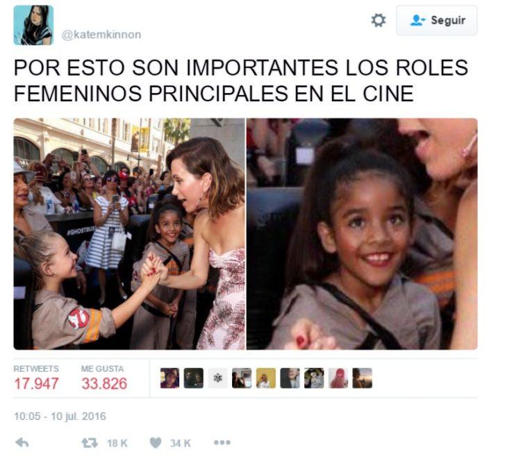 captura de pantalla de twitter mujer saludando a niña