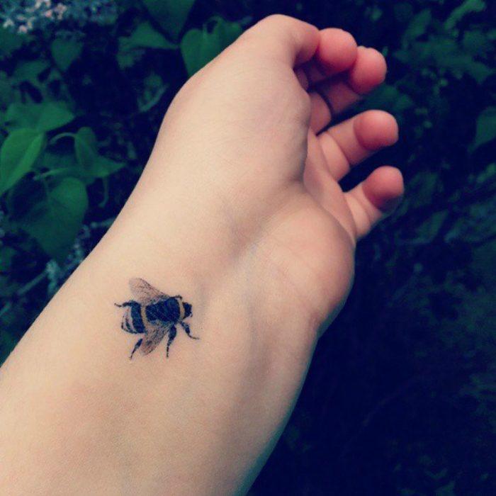 tatuaje de abeja en muñeca