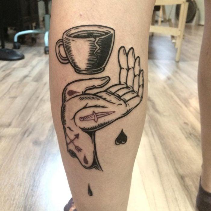 Tatuaje mano sosteniendo taza