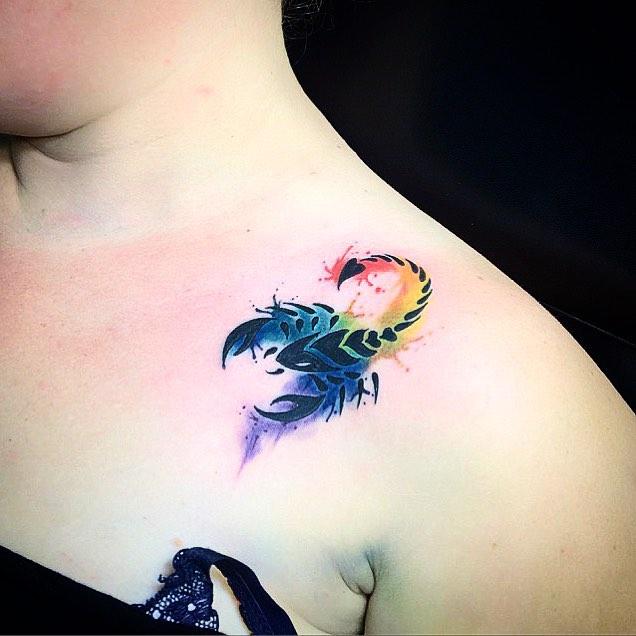 Chica con un escorpión tatuado en su hombro