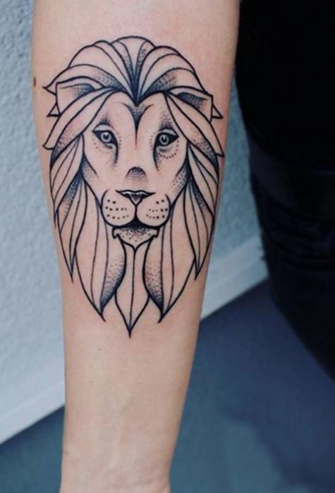 Chica con un león tatuado en el brazo