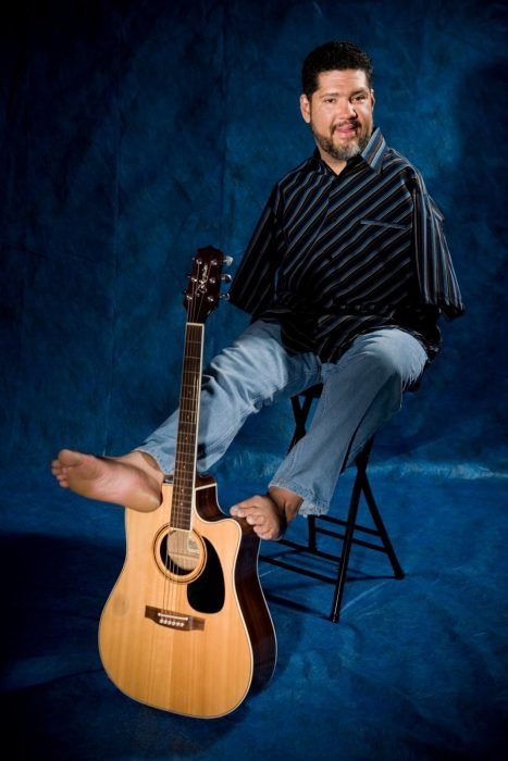 Tony con su guitarra.