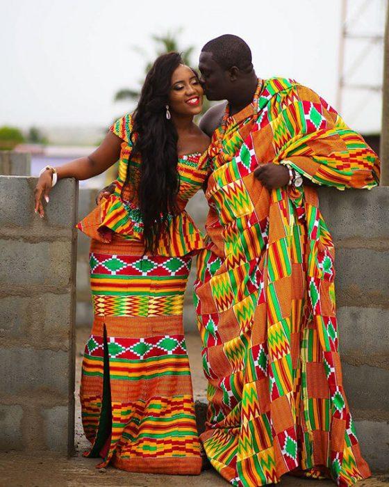 Novios usando los trajes tipicos de Ghana