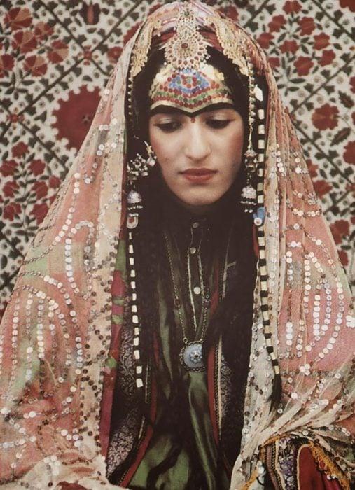 Traje de novia que usan las mujeres de una boda afgana-judía