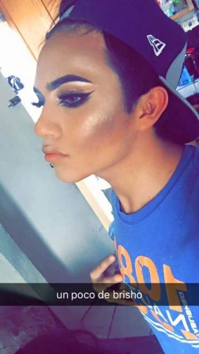 Chico realizando un totorial de maquillaje con capturas de snapchat