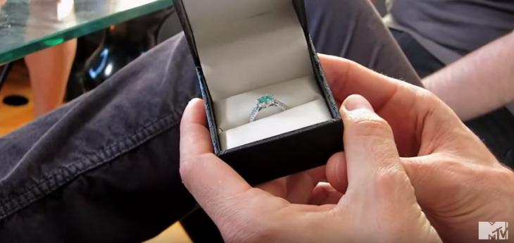 caja con anillo de esmeralda