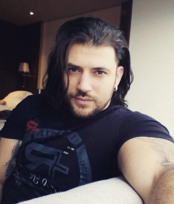 Stanislav Yanevski con cabello largo