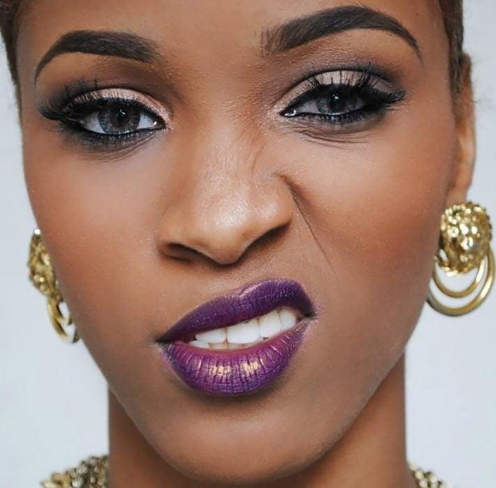mujer morena con labios morados