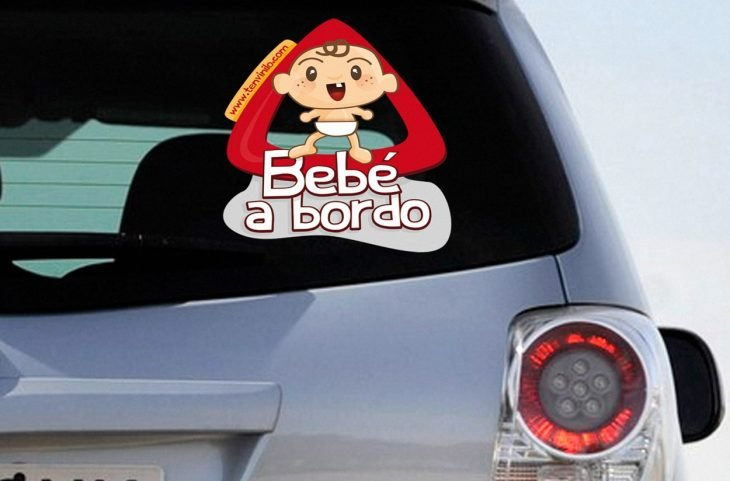 coche con sticker de bebe a bordo