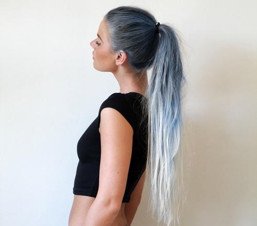 Muchacha de perfil con un degradado gris en el cabello.