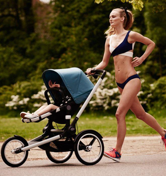 Mujer corriendo y paseando a su hijo.