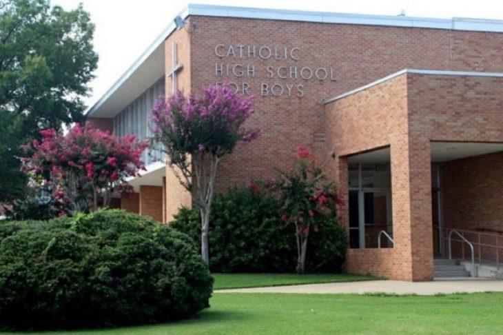 edificio en jardin escuela catolica