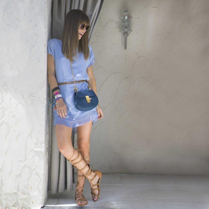 Mujer con bolso pequeño.