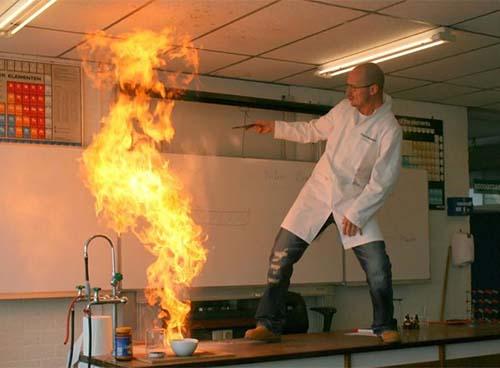 Profesor haciendo experimentos.