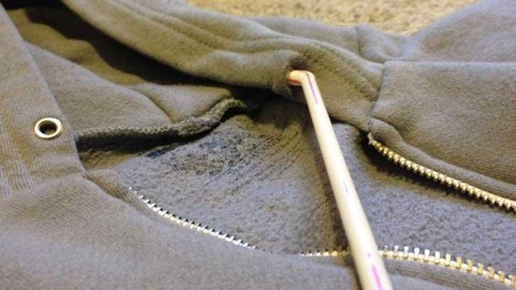 Usar un popote para meter el cordón de una sudadera.