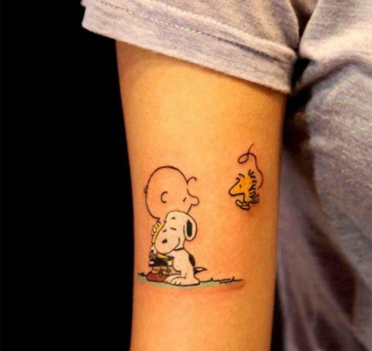 tatuaje de charlie brown en el brazo