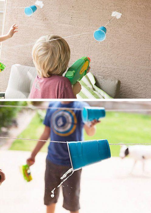 Niños jugando con pistolas de agua.