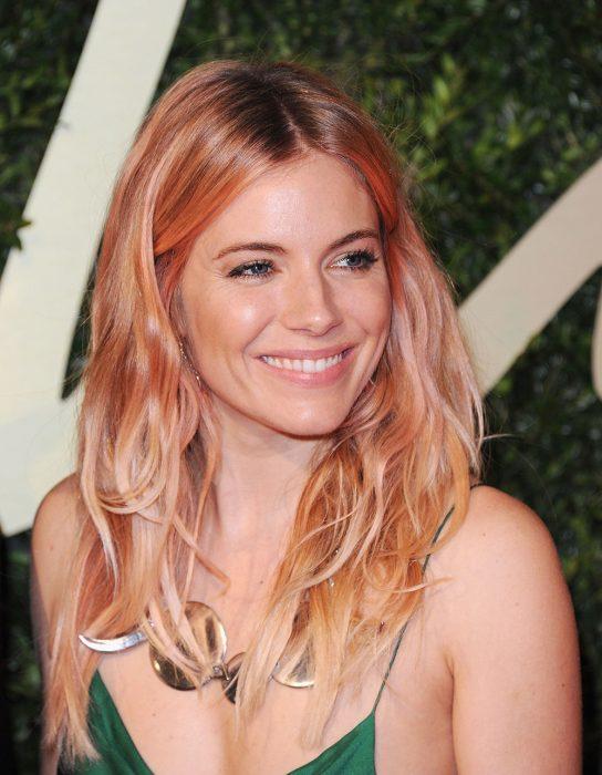 Sienna Miller con cabello rosa y dorado.