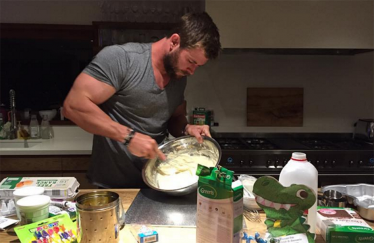 hombre con camisa gris cocinando masa para pastel
