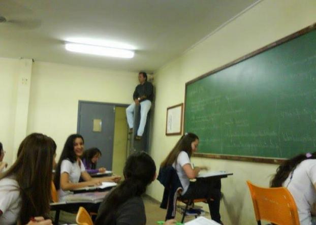 Profesor cuidando a sus alumnos de copiar.