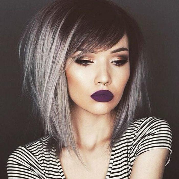 Melena en cabello gris con labios oscuros.