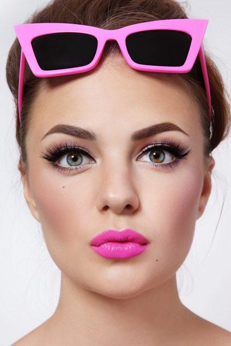 Mujer con estilo vintage y labios rosas.