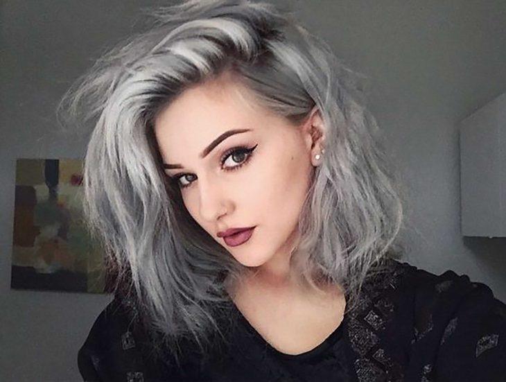 Joven con cabello gris.