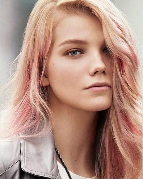Cabello rosa dorado, peinado de lado.