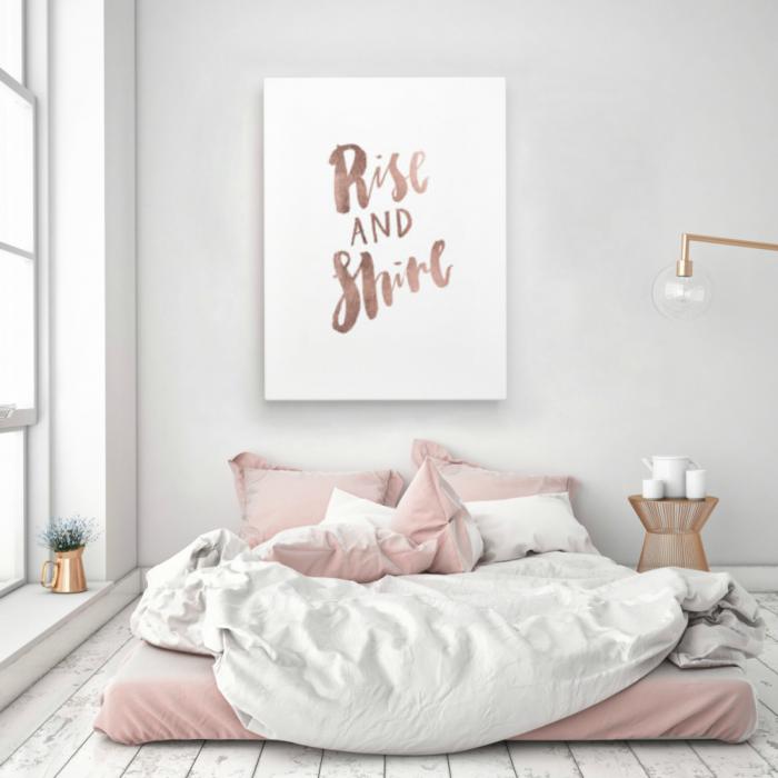 cama en el suelo rosa con decoración en la pared en rose gold