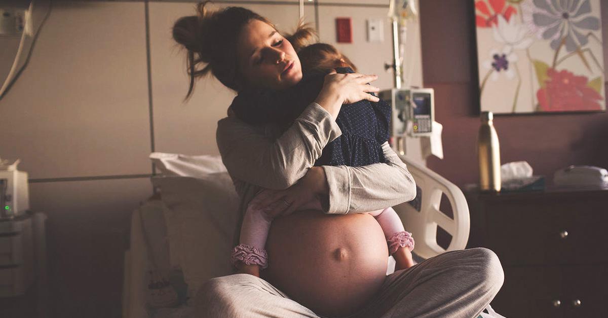 Fotógrafa hace viral el momento en que una mujer embarazada se despide de su hija antes de dar a luz por segunda vez