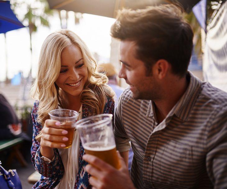 Pareja bebiendo cerveza.