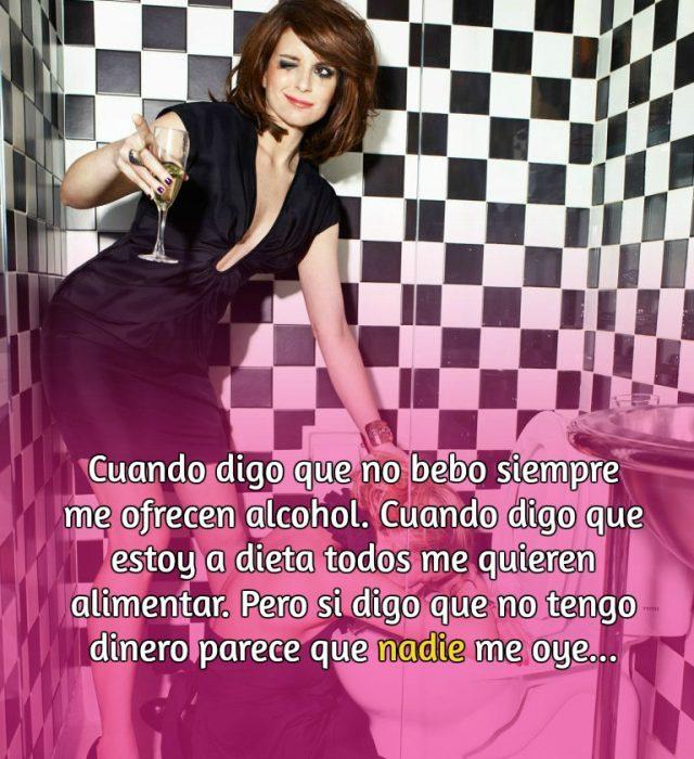 mujer de cabello castaño con copa de vino en un baño