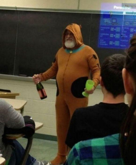 Maestro vestido de Scooby Doo