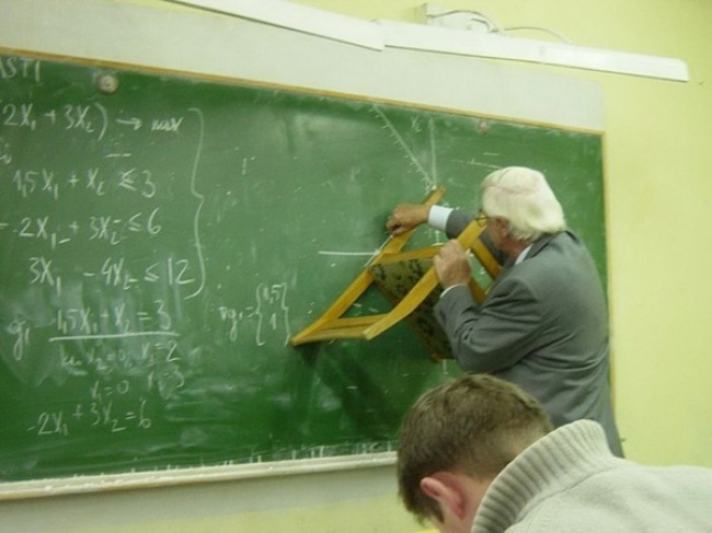 Profesor haciendo trazos con una silla.
