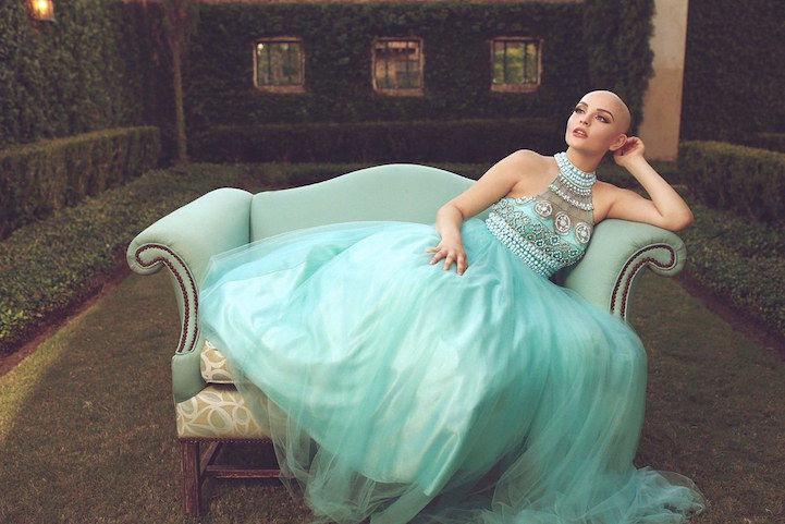 Andrea Salazar posando en un sillón en medio de un jardín.